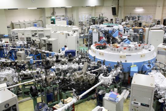 図1. 広島大学放射光科学研究センター(HiSOR)の実験ホールの画像