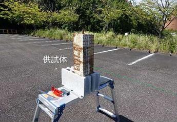 供試体を用いた人力打音との比較実験状況(右側の図:レーザー打音検査装置の結果)1枚目